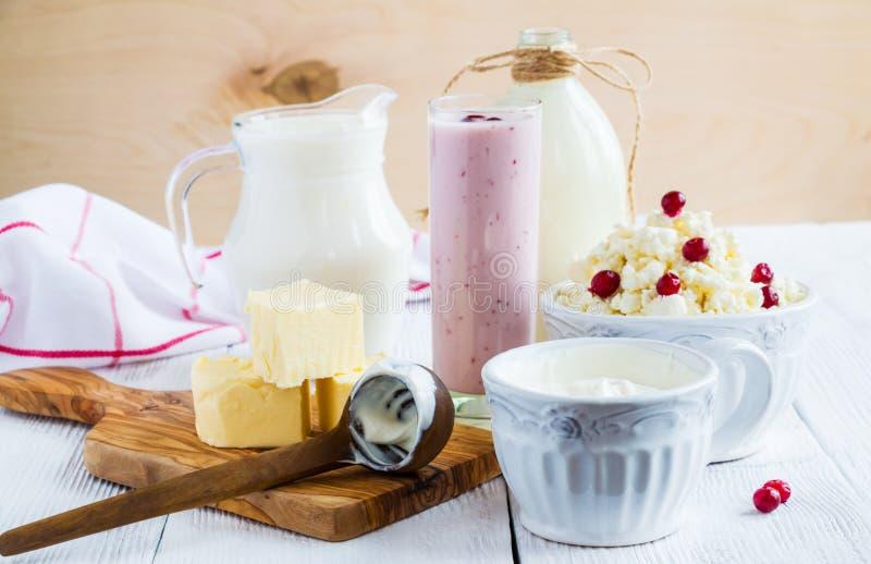 Molkereiprodukt Melken Sie in der Flasche, im Hüttenkäse in der Schüssel, im Kefir im Glas, im Moosbeerjoghurt im Glas, in der Bu stockfoto