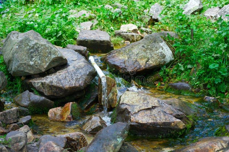Molla bianca Fonte dell'acqua potabile della montagna, Taganay immagine stock