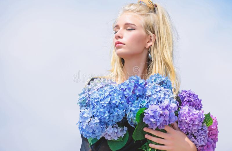 Molla di tendenza di modo Molla di raduno con nuova fragranza del profumo Fragranza dell'offerta dei fiori Industria di bellezza  fotografia stock libera da diritti