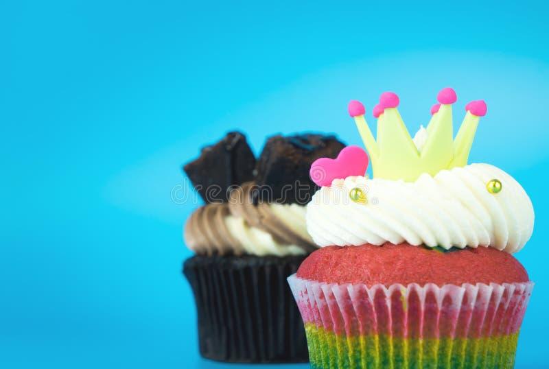 Mollete de rey Cupcake Rainbow con la magdalena del brownie del chocolate imagen de archivo libre de regalías
