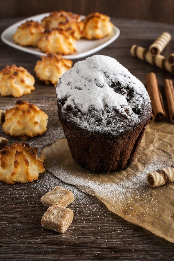 Mollete del chocolate asperjado con el azúcar en polvo Galletas hechas en casa Foco selectivo fotos de archivo libres de regalías
