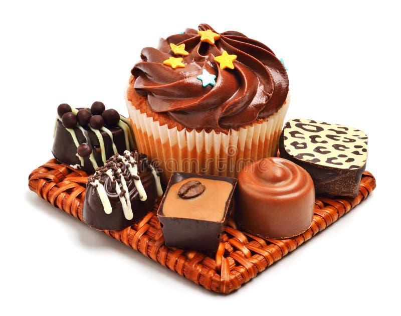 Mollete del chocolate con los dulces del chocolate, caramelos aislados foto de archivo