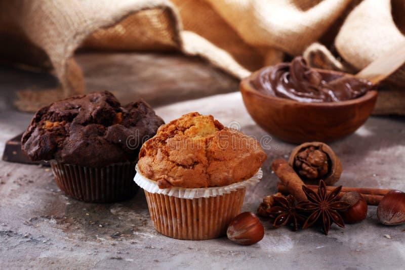 Mollete del chocolate y mollete de la nuez, panadería hecha en casa en backgro gris imagen de archivo