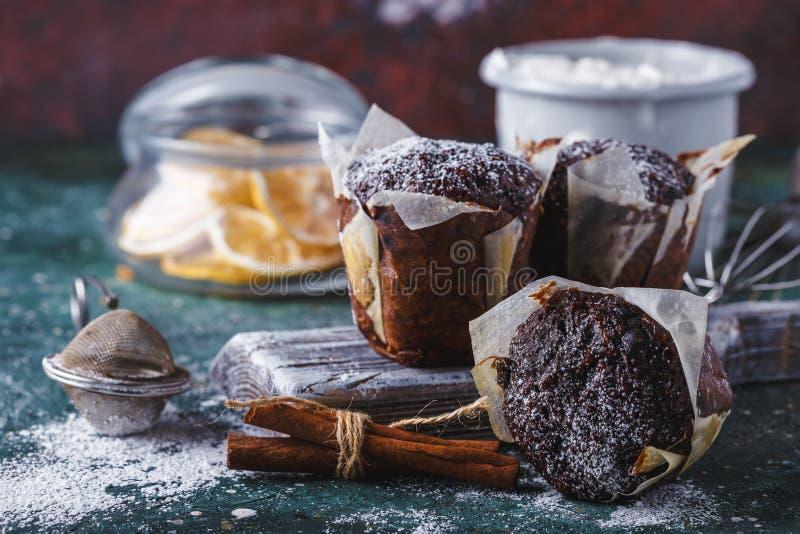 mollete sacado el polvo con el azúcar de formación de hielo, una taza del Zanahoria-chocolate de té, ingredientes que cuecen Hari imagen de archivo
