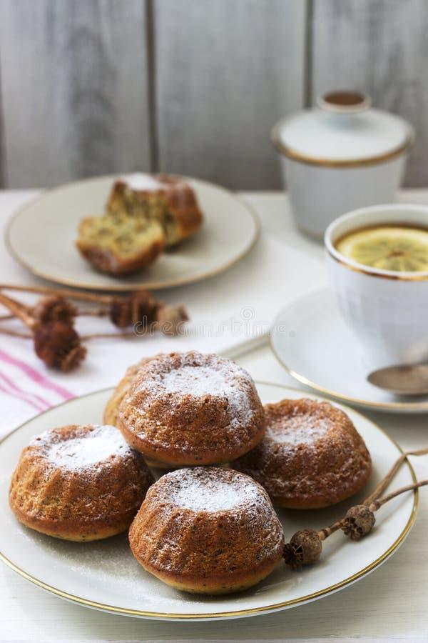 Molletes de la galleta de la amapola del limón para el té en un fondo ligero imágenes de archivo libres de regalías