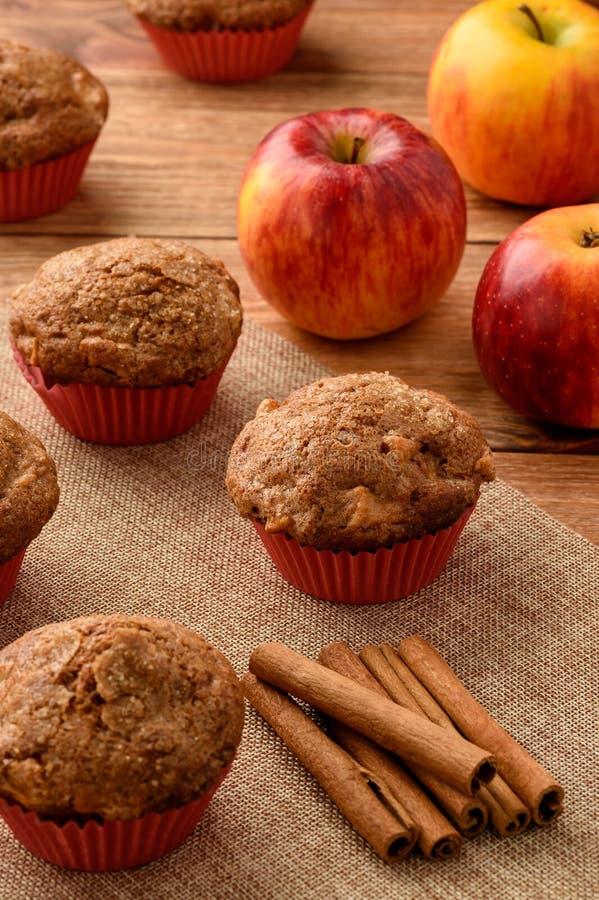 Molletes dulces con las manzanas y el canela imagen de archivo libre de regalías