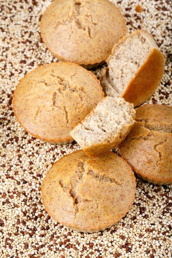 Molletes hechos en casa de la quinoa El gluten libera las magdalenas foto de archivo libre de regalías
