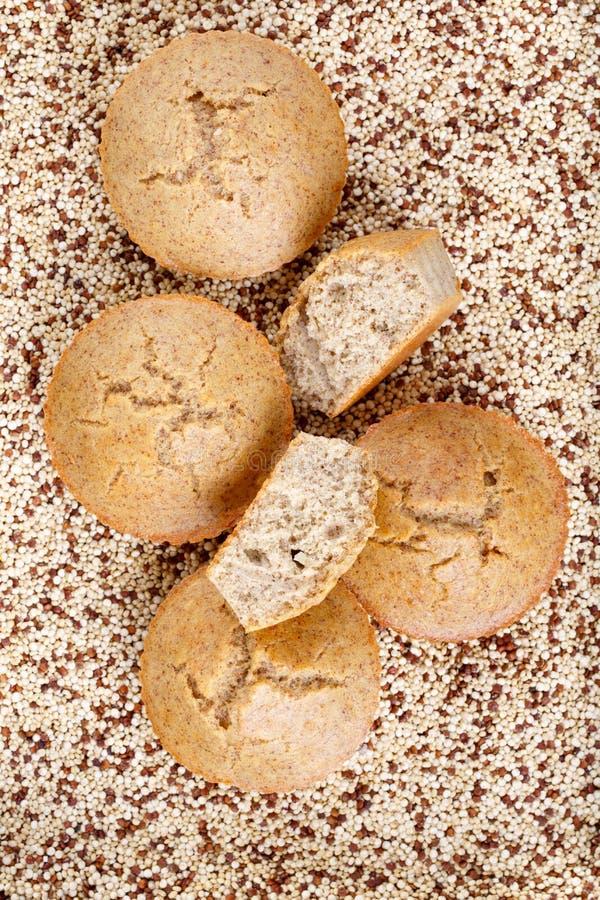 Molletes hechos en casa de la quinoa El gluten libera las magdalenas imágenes de archivo libres de regalías