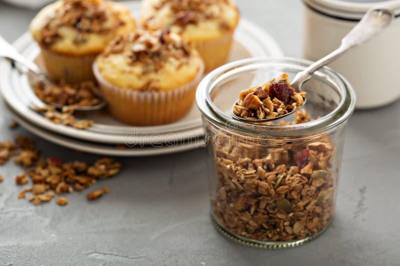 Molletes hechos en casa del granola para el desayuno fotos de archivo libres de regalías