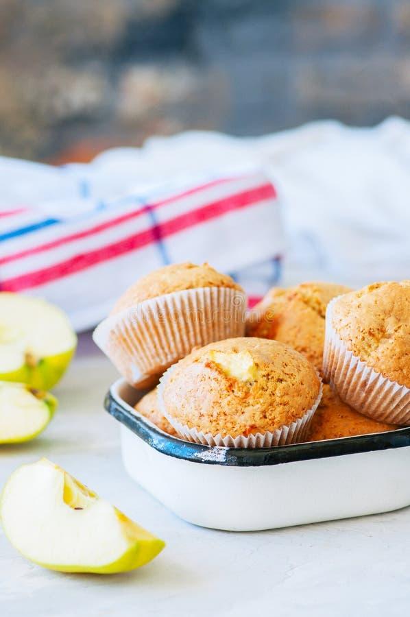 Molletes libres de la harina de la almendra del gluten con las manzanas en un cuenco imagen de archivo libre de regalías