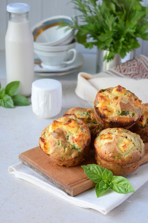 Molletes recientemente cocidos con espinaca, las patatas dulces y el queso feta en el fondo blanco Concepto sano del alimento Pas imágenes de archivo libres de regalías