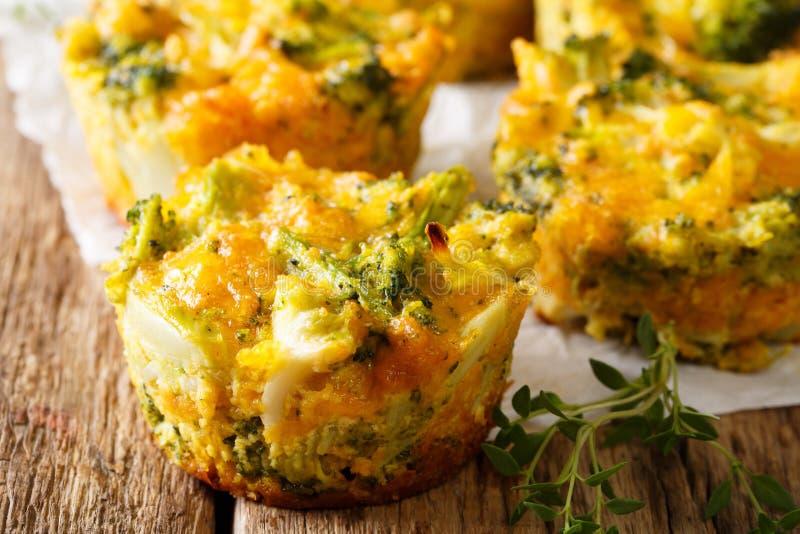 Molletes recientemente encendido cocidos del bróculi con el primer del queso y del tomillo foto de archivo