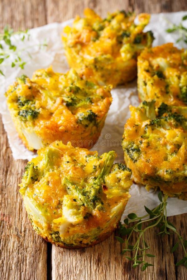 Molletes sanos del bróculi del bocado con clo del queso cheddar y del tomillo fotografía de archivo