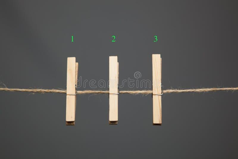 Mollette da bucato di legno che appendono i vestiti su una corda fotografia stock libera da diritti