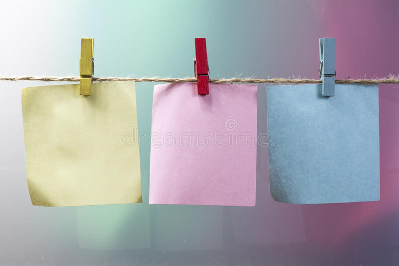 Mollette da bucato e blocco note fotografia stock libera da diritti