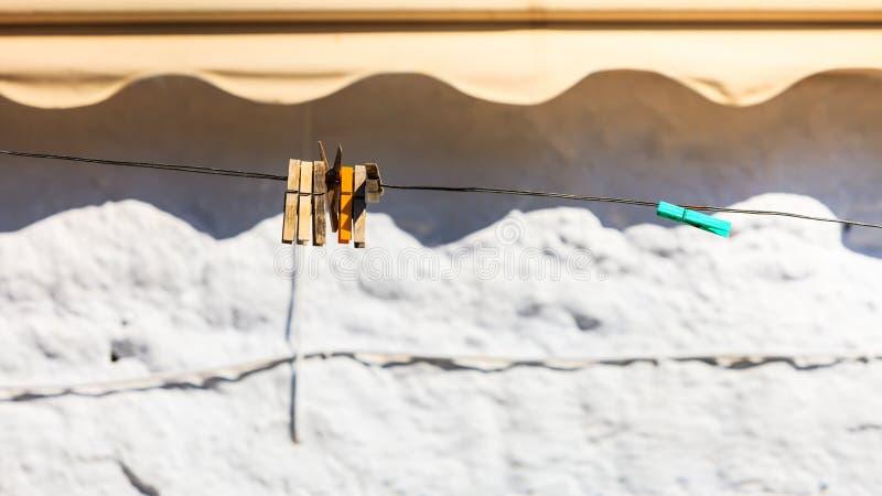 Mollette di legno su una corda all'aperto fotografie stock libere da diritti