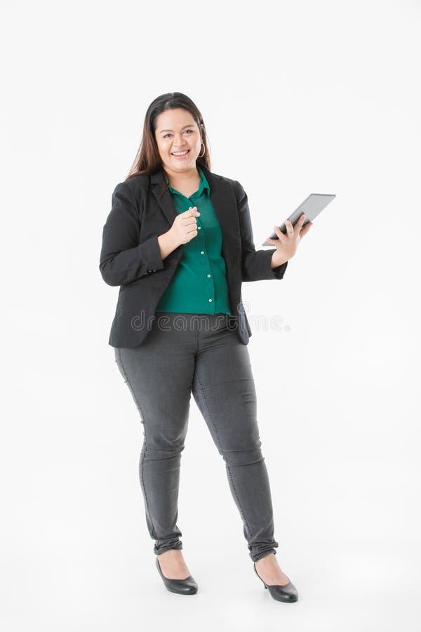 Mollige dame in slimme toevallig royalty-vrije stock afbeelding