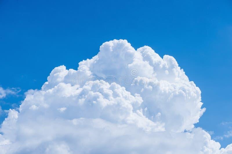 Mollige en pluizige wolk op de blauwe hemelachtergrond royalty-vrije stock afbeeldingen