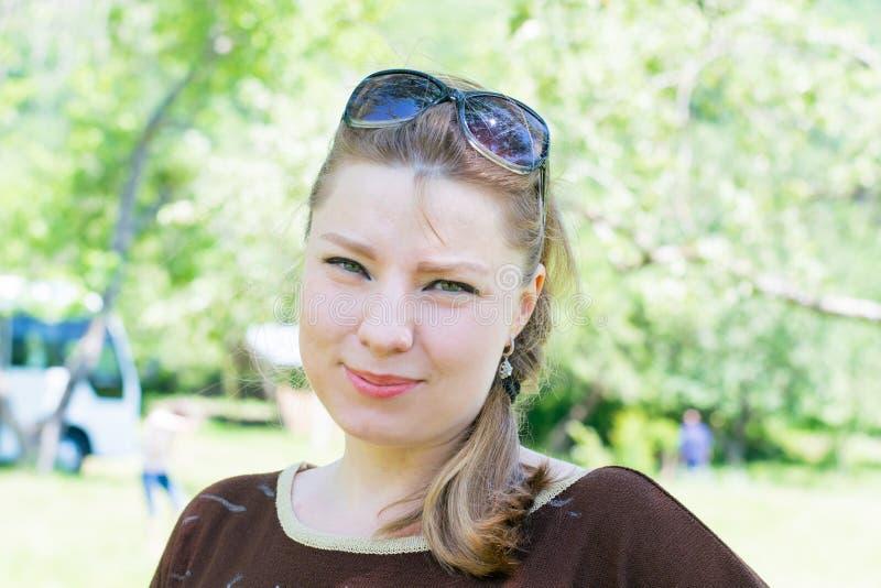 Mollige junge Frau stockfotografie