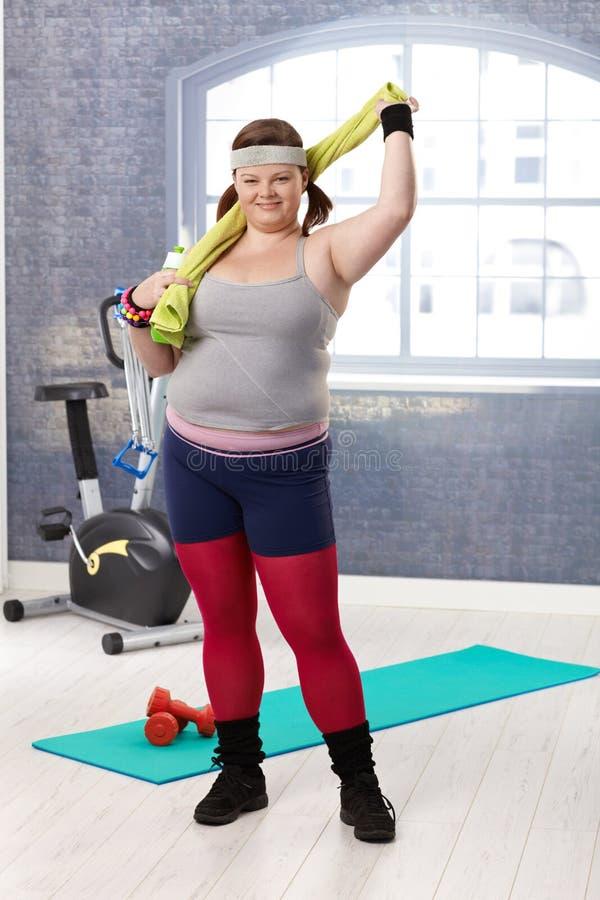 Mollige vrouw bij gymnastiek het glimlachen stock fotografie