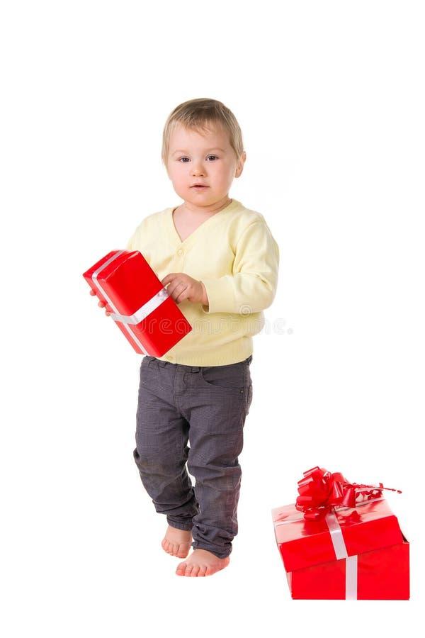 Molliges Kleinkindbaby mit Geschenken lizenzfreies stockbild