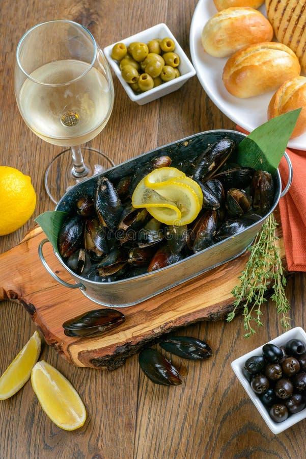 Molluschi con il limone fotografie stock libere da diritti