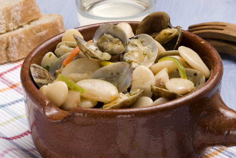 Molluschi e fagioli, stile dell'Asturia. Cucina spagnola. fotografie stock libere da diritti