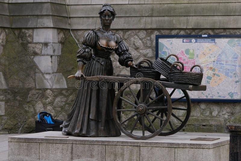 Molly Malone staty på Suffolkgatan i centrala Dublin , Irland royaltyfri bild