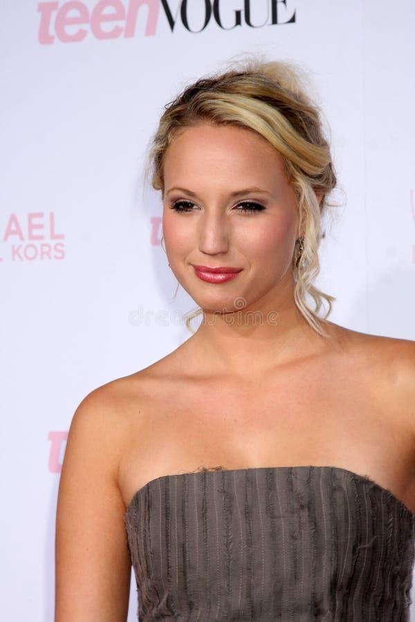 Mollyen McCook ankommer på den unga Hollywood för 8th Teen mode deltagaren - röd matta royaltyfri bild