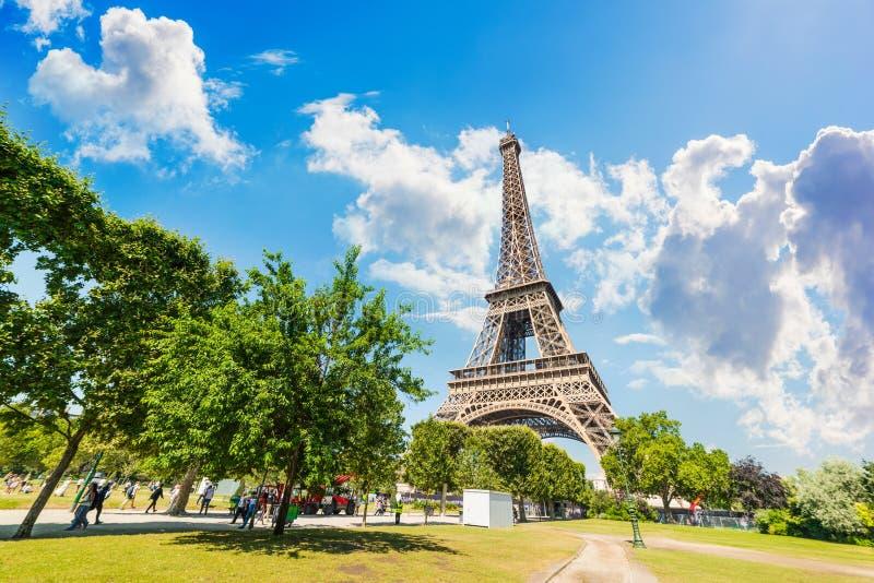 Moln över berömd Eiffeltorn för värld fotografering för bildbyråer