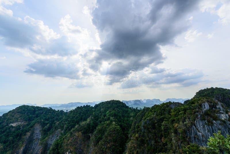 Moln över berg arkivfoton