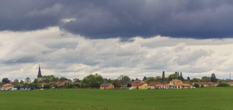 Moln över den Luxembourg byn arkivbild