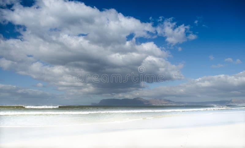 Moln över den Muizenberg stranden arkivbilder