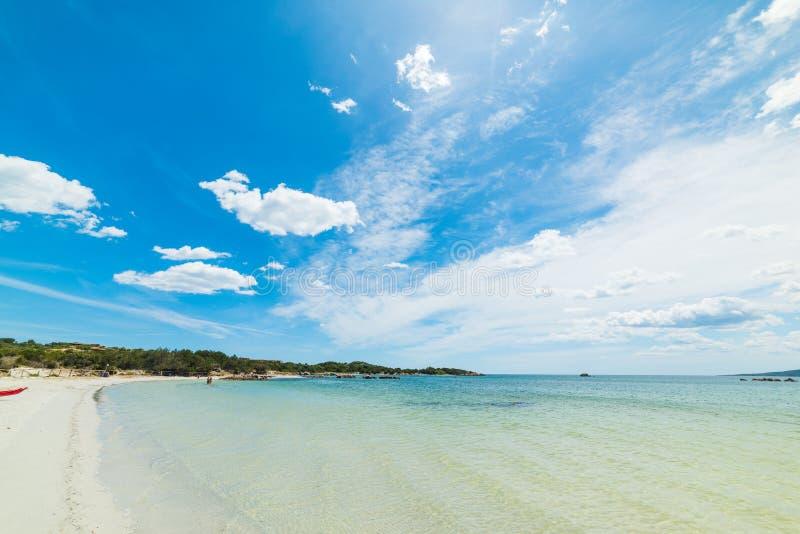 Moln över den Puntaldia stranden fotografering för bildbyråer