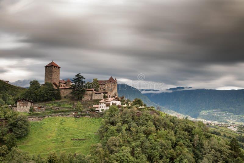 Moln över den Tyrol slotten arkivfoto