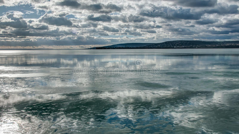 Moln över denfryste sjön arkivbild