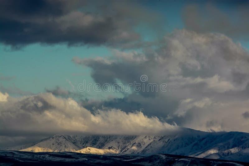 Moln över kullen Natur av Kasakhstan arkivbild