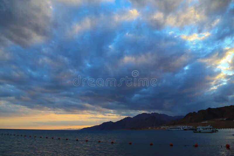 Moln över Röda havet royaltyfria bilder