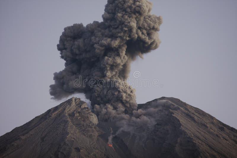 Moln av den vulkaniska askaen från Semeru Java Indonesia arkivbild