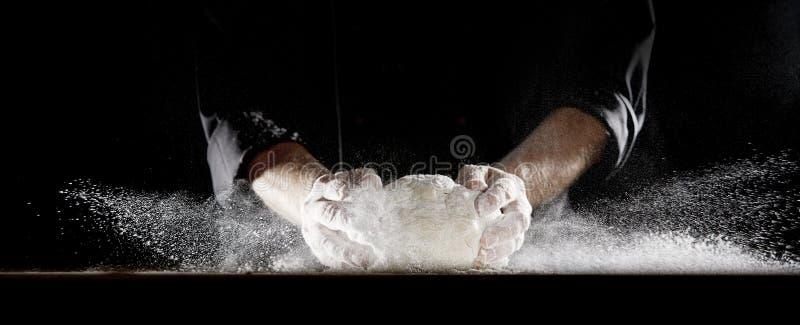 Moln av mjöl som orsakas av kocken som smäller i deg royaltyfria foton