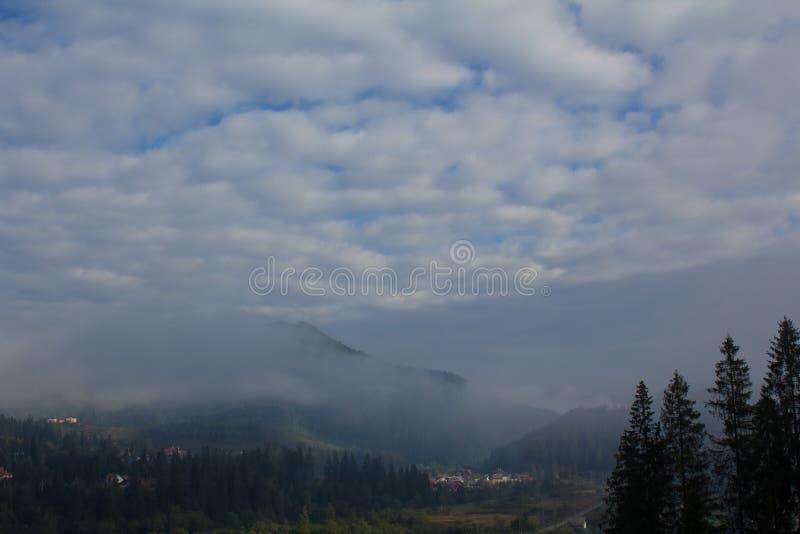 Moln blåa berg, dimma carpathians fotografering för bildbyråer