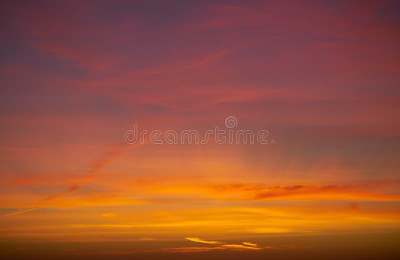 Moln för dramatisk himmel för solnedgångsoluppgång orange arkivfoton