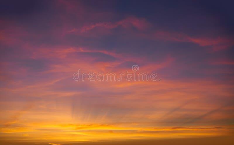 Moln för dramatisk himmel för solnedgångsoluppgång orange royaltyfria foton