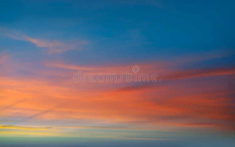 Moln för dramatisk himmel för solnedgångsoluppgång orange arkivbild
