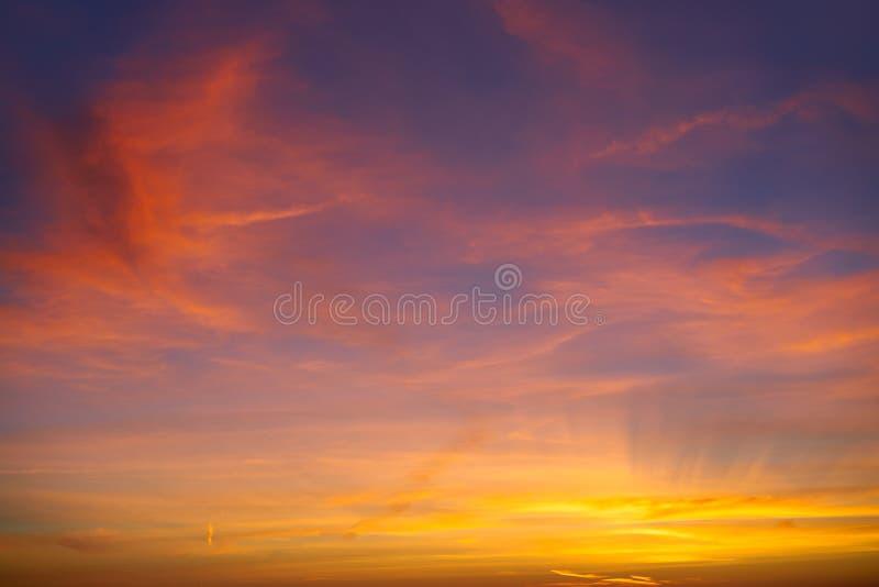 Moln för dramatisk himmel för solnedgångsoluppgång orange arkivbilder