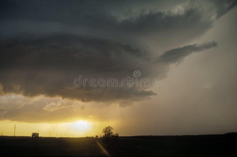 Moln för Mothershiptypvägg av en supercellåskväder över Greatet Plains på solnedgången royaltyfri bild