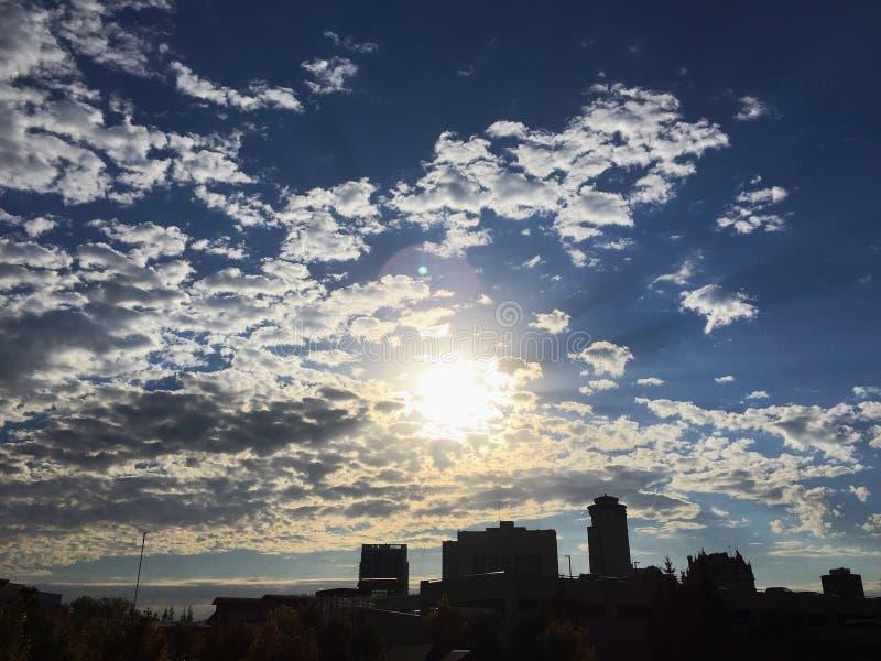 Moln för solig dag för solnedgånghorisont arkivbild