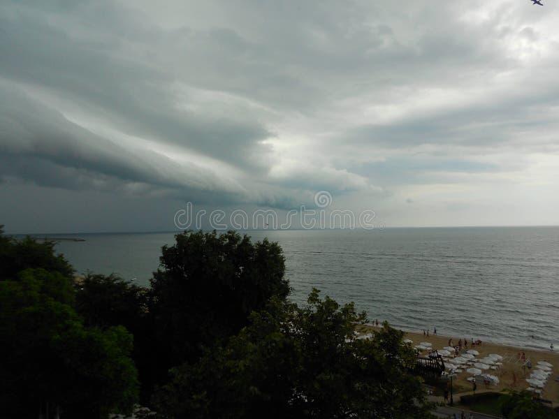 Moln för stormen över havet arkivfoto