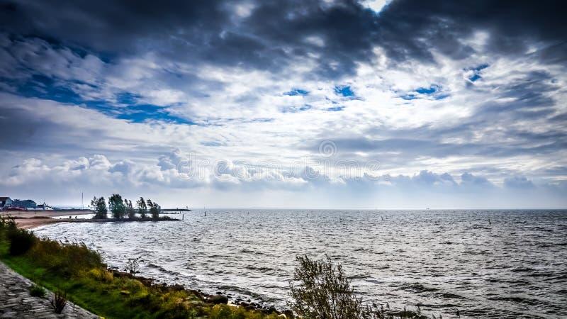 Moln för stormigt väder och mörkeröver het IJsselmeer i Nederländerna arkivbild