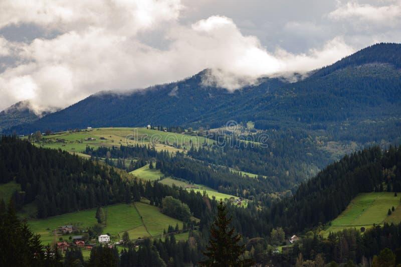Moln fördelade över berget Carpathians Ukraina arkivbild